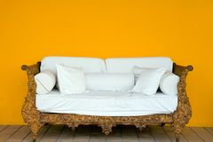 gammal sofa Royaltyfria Bilder