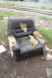 Gammal soffa i ett smutsigt Royaltyfri Bild