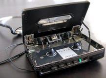 Gammal Sony Walkman kassettspelare med det öppna locket royaltyfri foto