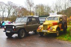 Gammal sovjetisk armé GAZ 69 och UAZ 469 bilar på en ståta Royaltyfria Foton