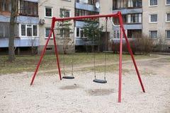 Gammal sovjetisk barnlekplats i den bostads- gården Vilnius Lithu Arkivbild