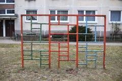 Gammal sovjetisk barnlekplats i den bostads- gården Vilnius Lithu Royaltyfri Bild