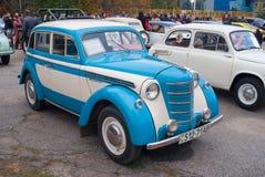 Gammal sovjetisk bil Moskvitch 401 Arkivfoto