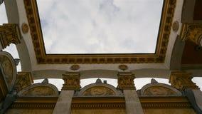 Gammal sovjetisk byggnad Skära- och hammaresymbol långsam rörelse härlig blå sky lager videofilmer