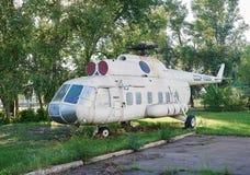 Gammal sovjetisk helikopter MI-8 på en övergiven aerodrome Arkivbilder