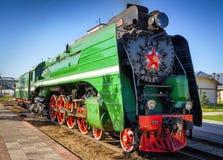 Gammal sovjetisk lokomotiv på järnvägsspåren Arkivfoton