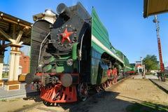 Gammal sovjetisk lokomotiv på järnvägsspåren Royaltyfria Bilder