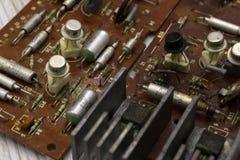 Gammal sovjetisk radioinre elektroniska delar Stäng sig upp av bakgrund för bräde för elektronisk strömkrets röd Ryssland Berezni royaltyfria foton