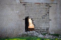 Gammal sovjetisk tegelsten ?vergiven byggnad Kollapsande tegelstenkonstruktion royaltyfri foto