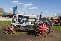 Gammal sovjetisk traktor med metallhjul Arkivfoto