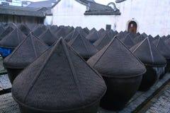 Gammal soyafabrik på en borggård i Kina Royaltyfria Foton