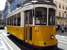 Gammal spårvagn i Lissabon Fotografering för Bildbyråer