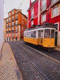 Gammal spårvagn i Lissabon royaltyfri fotografi