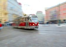 Gammal spårvagn i rörelsesuddighet i Prague Arkivfoton