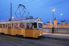 Gammal spårvagn med festlig garnering längs Donauen i Budapest Royaltyfri Bild