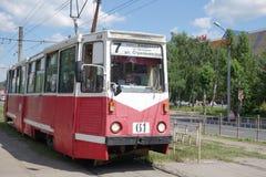 Gammal spårvagn på övergångsstället i Omsk Royaltyfria Foton