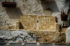 Gammal spanjor riden ut plats som göras från tegelplattor arkivfoton