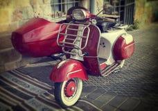 Gammal sparkcykel med sideca Royaltyfri Foto