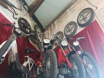 Gammal sparkcykel, retro stilnostalgiker arkivfoton