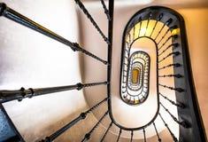 gammal spiral trappuppgång Arkivfoton