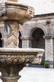Gammal springbrunn för marmor Arkivfoton