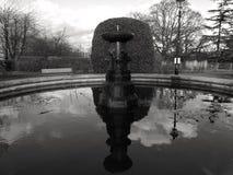Gammal springbrunn i London i svartvitt Arkivbild
