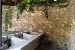 Gammal springbrunn som tvättar kläder Royaltyfria Foton