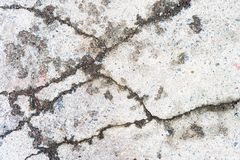 Gammal sprucken asfalt med sprickor arkivbild