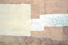 Gammal sprucken konkret beige vägg med vit målad yttersida Backg Royaltyfri Fotografi