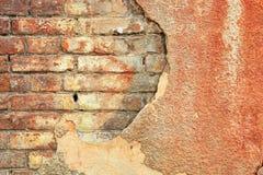 Gammal sprucken konkret tappning rappad bakgrund för tegelstenvägg, texturterrakottamodell Royaltyfri Fotografi