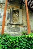 Gammal sprucken smula vägg Royaltyfri Foto
