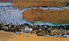 Gammal sprucken vägg brutet svart cement och smutsig luckabakgrund royaltyfri fotografi
