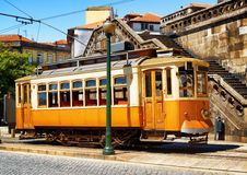 Gammal spårvagn i Porto, Portugal Royaltyfri Bild