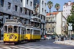 Gammal spårvagn 28 på gatan av Lissabon, Portugal Royaltyfri Bild