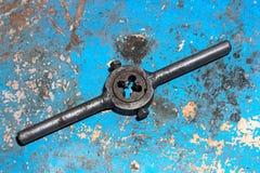 Gammal stämjärn för dragning på skalningsblåttbakgrund Royaltyfri Foto