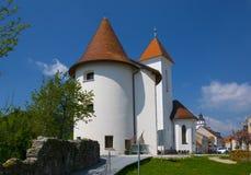 Gammal stärkt kyrka i den medeltida staden av Kranj, Slovenien royaltyfria bilder
