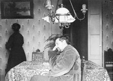 Gammal stående av en man Gjort n en studio Tappning År 1890 Royaltyfri Bild
