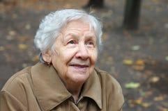 gammal ståendekvinna Arkivbild