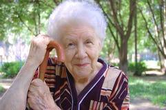 gammal ståendekvinna Royaltyfri Foto