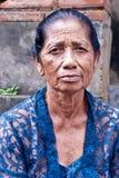 gammal ståendekvinna Arkivfoto