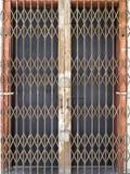 Gammal ståldörr i georgetown Arkivbild