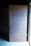Gammal ståldörr med nitar royaltyfri foto