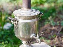Gammal stålsamovar - kokande kokkärl Arkivfoton