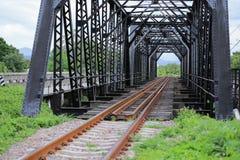 Gammal stångvägbro, stångvägkonstruktion i landet, resaväg för lopp med drevet till några var Arkivfoton