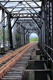 Gammal stångvägbro, stångvägkonstruktion i landet, resaväg för lopp med drevet till några var Arkivbilder