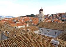 Gammal stad av Dubrovnik med det Franciscan kyrkliga Klocka tornet Fotografering för Bildbyråer