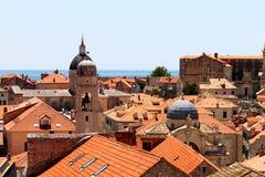 Gammal stad av Dubrovnik nära havet, kyrkliga torn Arkivfoton