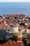 Gammal stad av Dubrovnik nära havet, stort torn royaltyfria foton