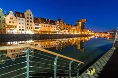 Gammal stad av Gdansk med den forntida kranen på skymning i December Royaltyfri Bild