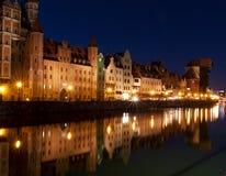 Gammal stad av Gdansk med den forntida kranen på skymning, Polen Royaltyfri Fotografi